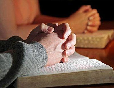 Diferencia entre orar y rezar