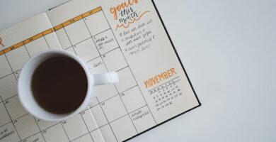 taza de cafe sobre calendario